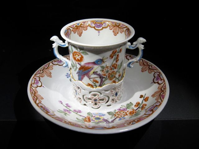 Trembleuse Manufactory of du Paquier. Vienna, around 1730. Collection of the Prince of Liechtenstein, Vaduz-Vienna. photo  by Griyfindor from Wikimedia.org by Creative Commons license